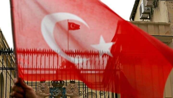 В Стамбуле на консульство Нидерландов демонстранты водрузили турецкий флаг