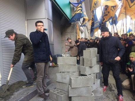 В Киеве радикалы замуровывают здание Сбербанка России