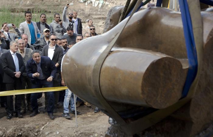 В Египте громкий скандал вокруг древней статуи: при извлечении из земли экскаваторы уничтожили лицо