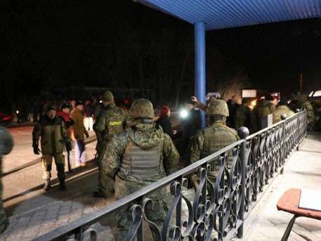 Украинские полицейские открыли огонь по нацистам, блокирующим Донбасс