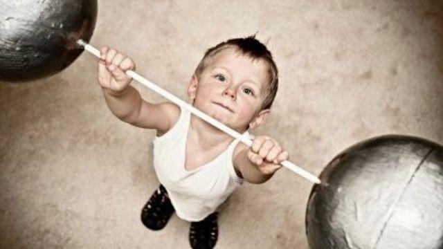 Воспитание мальчиков: 3 важных этапа развития сына