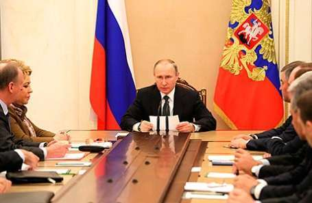 Президент РФ Владимир Путин (в центре) на заседании Совета безопасности РФ в Кремле.