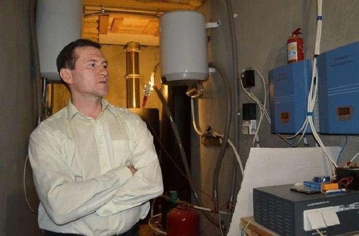 Николай Дрига демонстрирует свою систему элекроснабжения. | Фото: econet.by.
