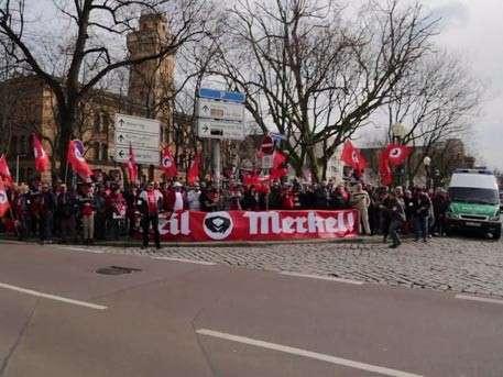 В Германии протестующие встречали канцлера ФРГ в хиджабах и с криками: «Хайль Меркель!»