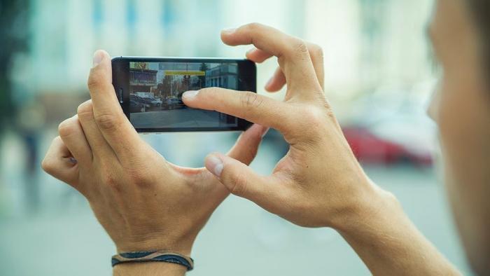 Почему, вместо срочной помощи попавшему в беду, у некоторых рука тянется к мобильному с камерой