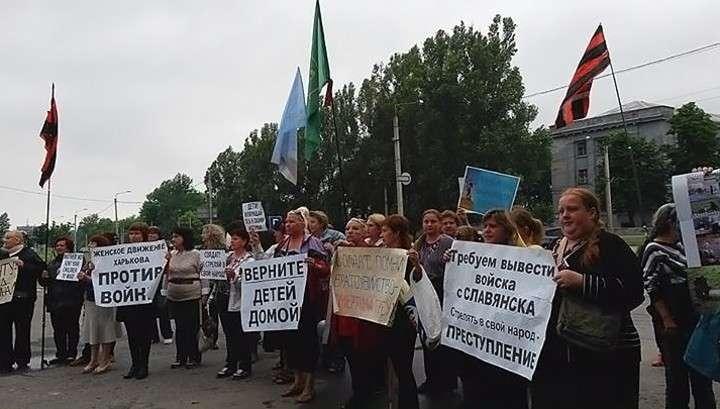В центре Киева «Правый сектор» напал на женщин с антивоенными плакатами