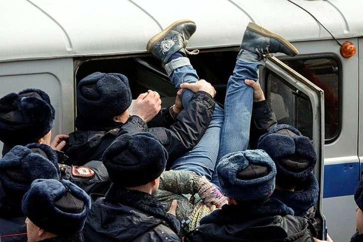 Задержание участницы несанкционированного митинга во Владивостоке. Фото: REUTERS