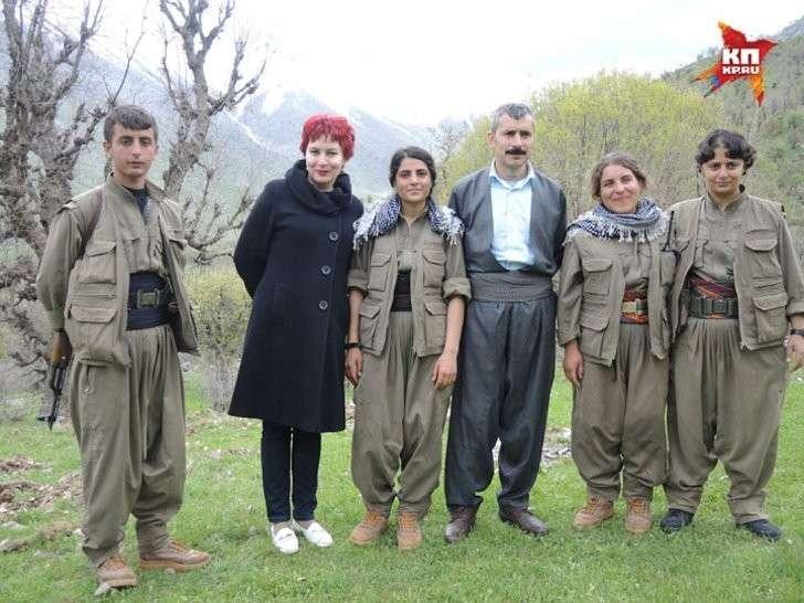 Дарья Асламова с курдским партизанами в горах Кандиля Фото: Дарья АСЛАМОВА