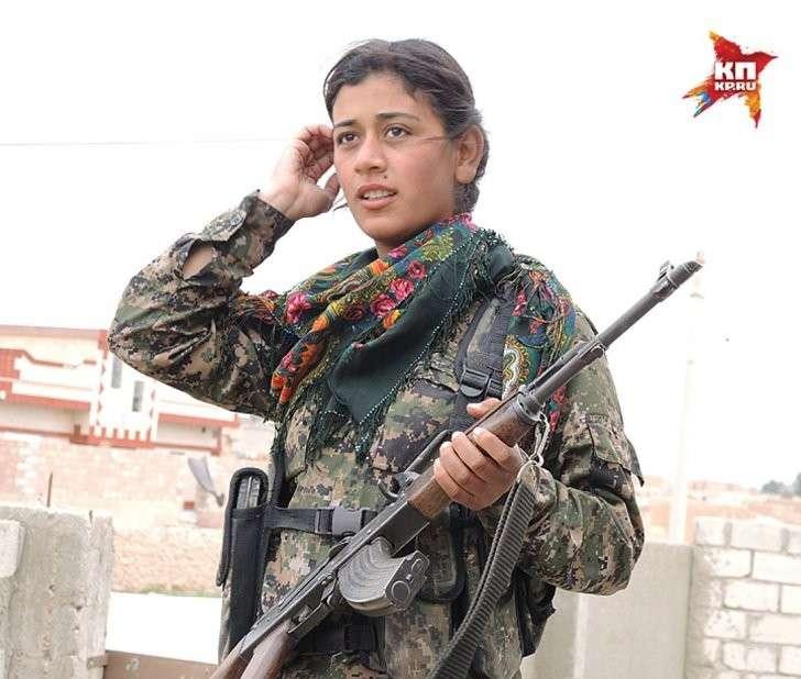 Женщины наравне с мужчинами воюют в курдской армии. Красавица Джандра держит оружие с 19 лет. Фото: Дарья АСЛАМОВА
