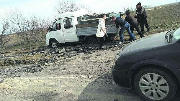 У Новой Некрасовки. Машины застревают в ямах и грязи на обочине».