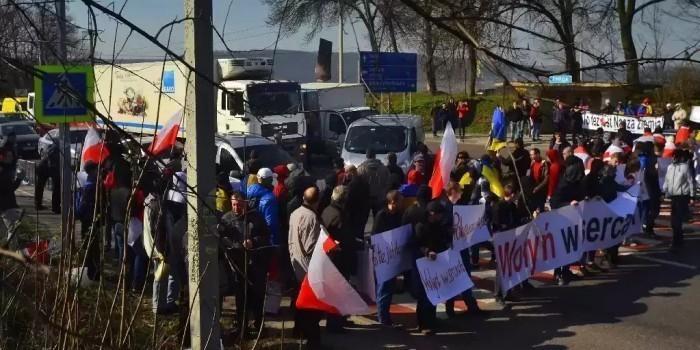 """""""Это наша земля"""": поляки на Украине перекрыли трассу Львов – Варшава"""