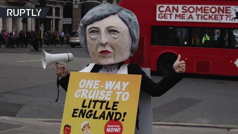 В Лондоне на акции протеста против Брексита протестующие представили Терезу Мэй в образе диктатора