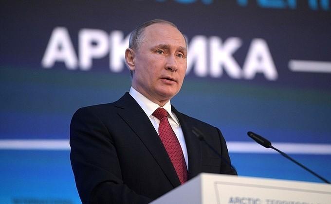 Владимир Путин принимает участие в международном форуме «Арктика – территория диалога»