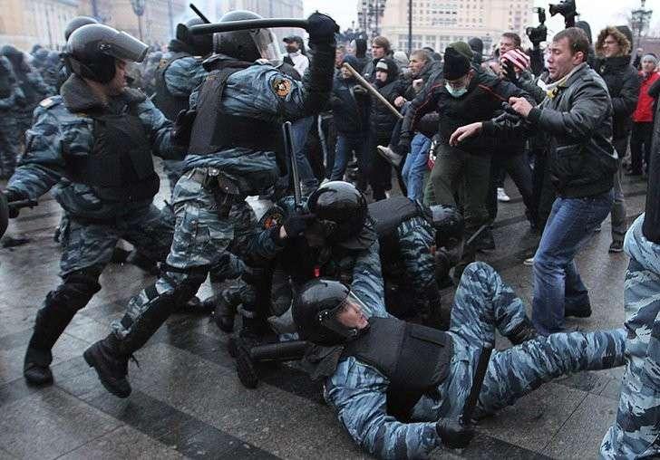 Европейские ценности: провокаторы из ЕС призвали россиян к убийствам полицейских