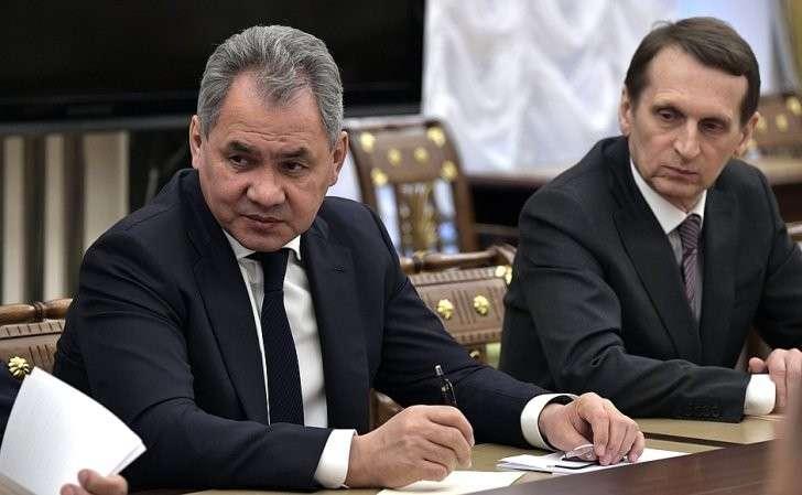 Министр обороны Сергей Шойгу (слева) идиректор Службы внешней разведки Сергей Нарышкин перед началом совещания спостоянными членами Совета Безопасности.