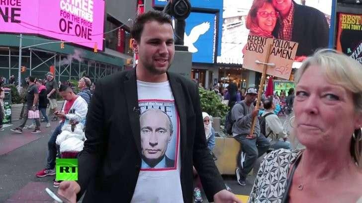 США: корреспондент RT подошёл к разъярённым украинцам в футболке с Владимиром Путиным