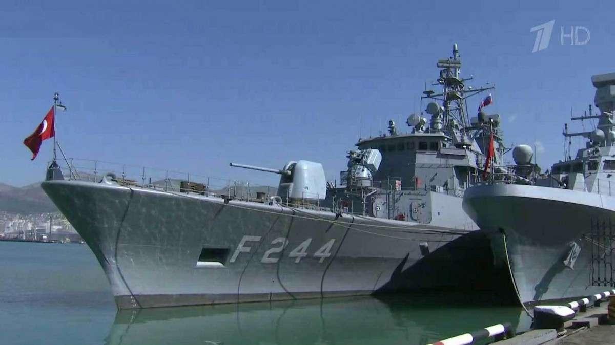 В Новороссийск зашли два корабля ВМС Турции, их встретили военным оркестром и хлебом-солью