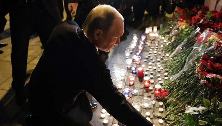 Владимир Путин возложил цветы на месте теракта в петербургском метрополитене