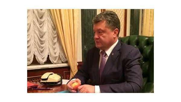 Самозванец Порошенко съел яблоко назло Путину