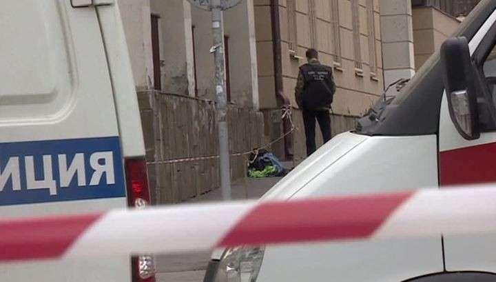В Ростове-на-Дону ищут человека в капюшоне, оставившего взорвавшийся пакет около школы