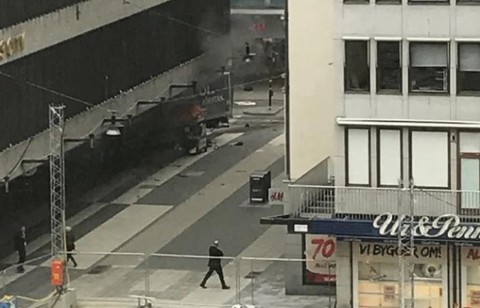 Теракт в Швеции: грузовик разметал толпу. Дональд Трамп предвидел