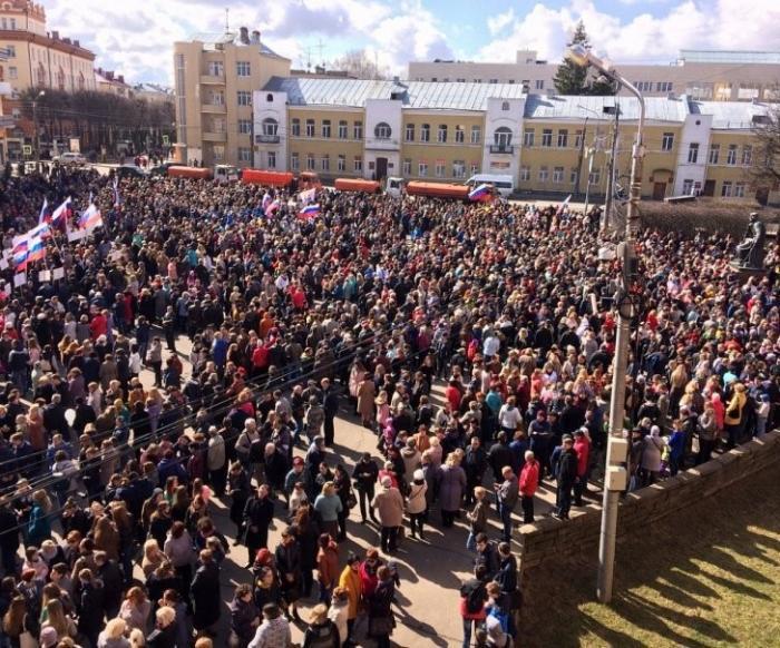 Смоленск: митинг в поддержку жертв теракта в Петербурге собрал семь тысяч человек