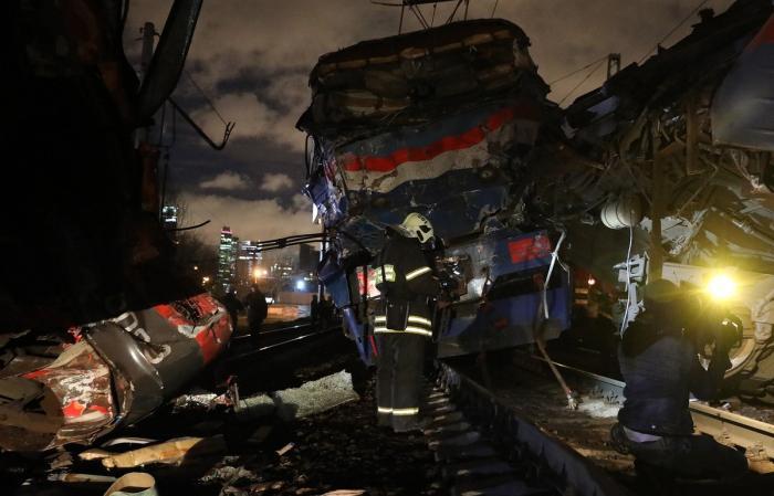 Москва: столкнулись поезд и электричка. Кадры с места происшествия