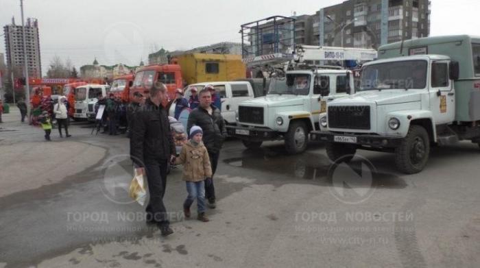 Детям Новокузнецка разрешили потрогать спецтехнику и всё там обследовать