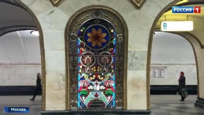В Москве на станции метро «Новослободская» вандал изуродовал уникальный витраж