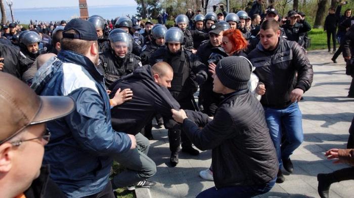 Бой у вечного огня: в Одессе бандеровцы пытались помешать почтить память защитников города