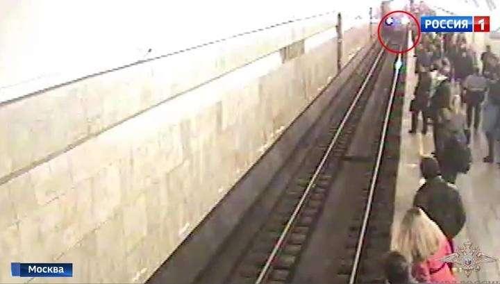 В Москве полицейский спас человека в метро