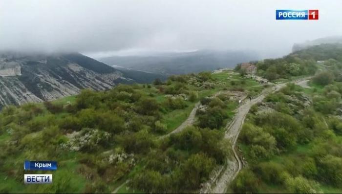 Дорога в облаках и пещерный город: Что можно посмотреть в Крыму на майские праздники