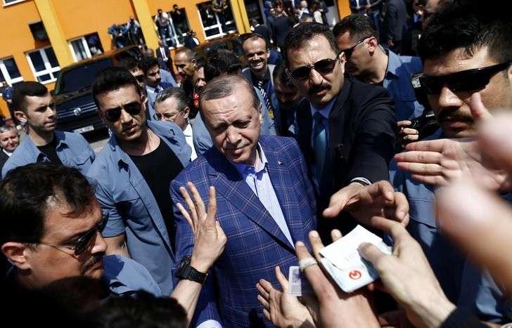 Президент Турции Тайип Эрдоган приветствует своих сторонников после голосования на конституционном референдуме