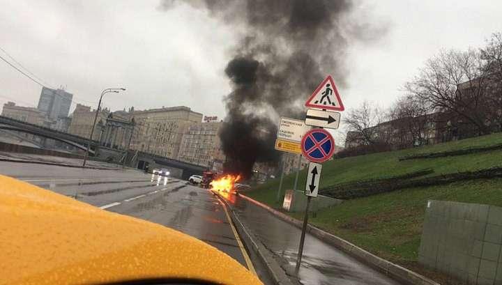 В центре Москвы Maserati на огромной скорости влетела в столб и сгорела: водитель скончался