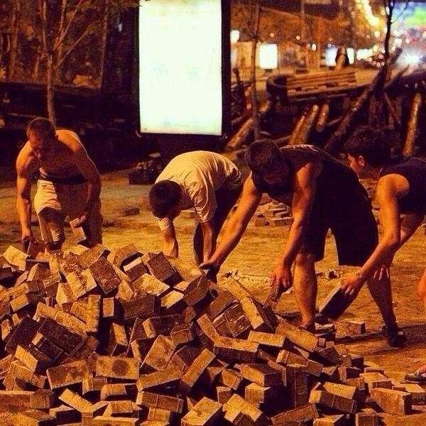 Активисты разбирают брусчатку на Майдане Незалежности в Киеве и укрепляют баррикады