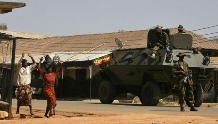 В Нигерии обнаружена квартира, набитая пачками долларов