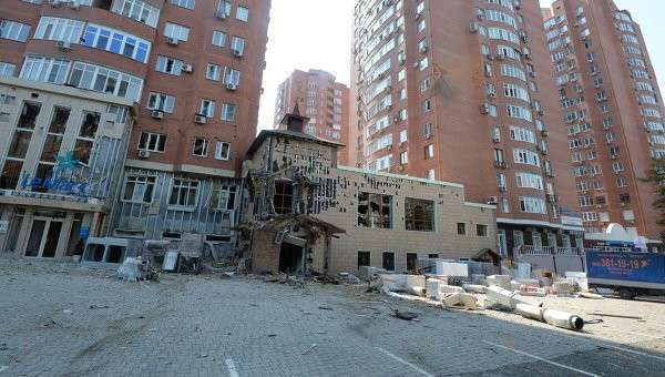Жилой дом в центре Донецка, пострадавший при артиллерийском обстреле города украинской армией