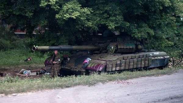 Боец ополчения возле танка в Донецкой области. Архивное фото