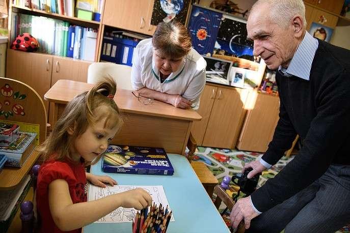 Руководитель детского сада Василий Щибриков с воспитанницей