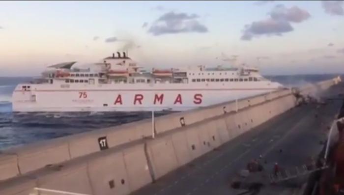 Канарские острова: паром врезался в пристань на полной скорости