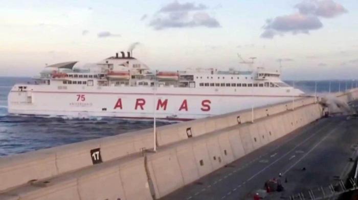 В Испании паром на полной скорости врезался в пристань, на борту находились 140 человек