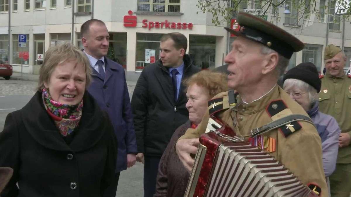 В Германии провели субботник на мемориале советским воинам с участием местного бургомистра