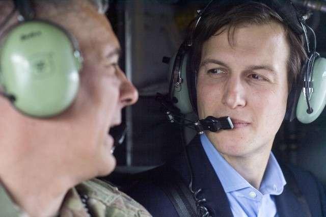 Джаред Кушнер и командующий Объединенной оперативной группой (Operation Inherent Resolve) генерал-лейтенант Стивен Дж. Таунсенд во время прогулки на вертолете CH-47 над Багдадом, Ирак. 3 апреля 2017 года