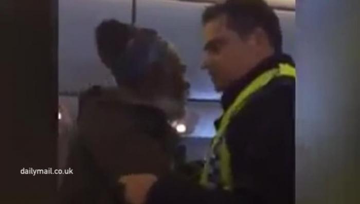 Дикие британцы из British Airways заковали больного пассажира в наручники