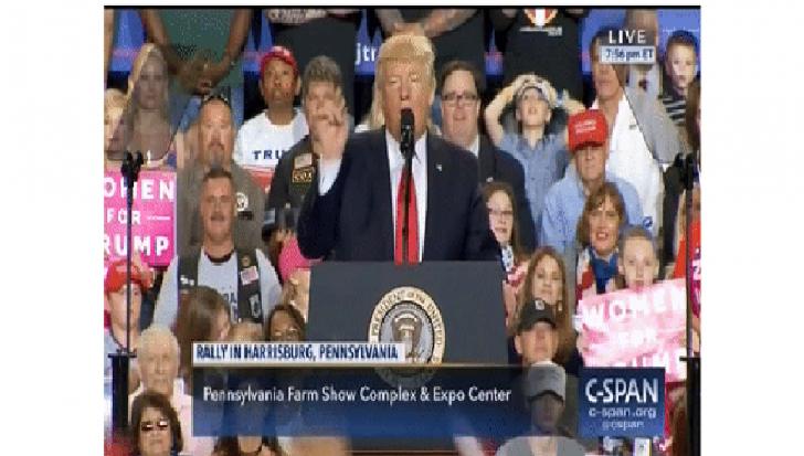 Дональда Трампа забросали флажками России во время выступления