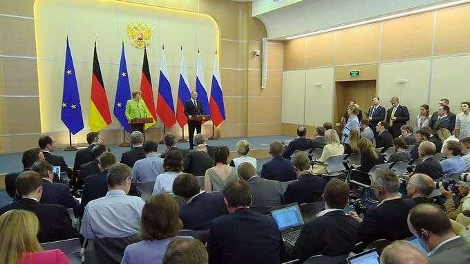 Пресс-конференция поитогам встречи сФедеральным канцлером Германии Ангелой Меркель