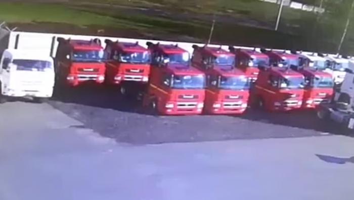 В Набережных Челнах два грузовика внезапно провалились под землю