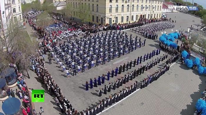 В Оренбургской области 40 000 человек станцевали «Вальс Победы»