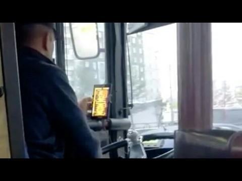 Красноярск: водитель пассажирского автобуса играл в нарды за рулем
