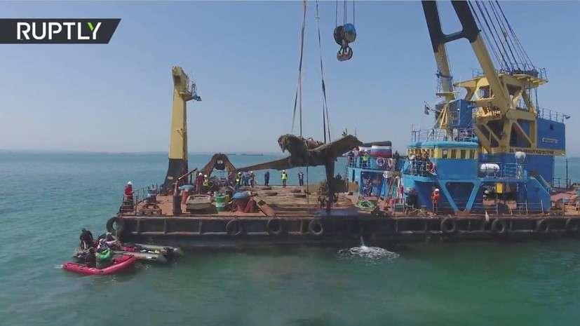 Строители Керченского моста поднимают из воды истребитель времён ВОВ